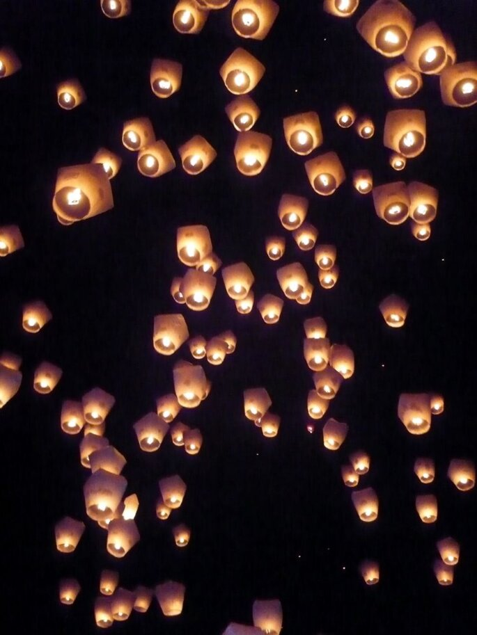 Lámparas de papel voladoras en tu boda. Foto: Synn Wang