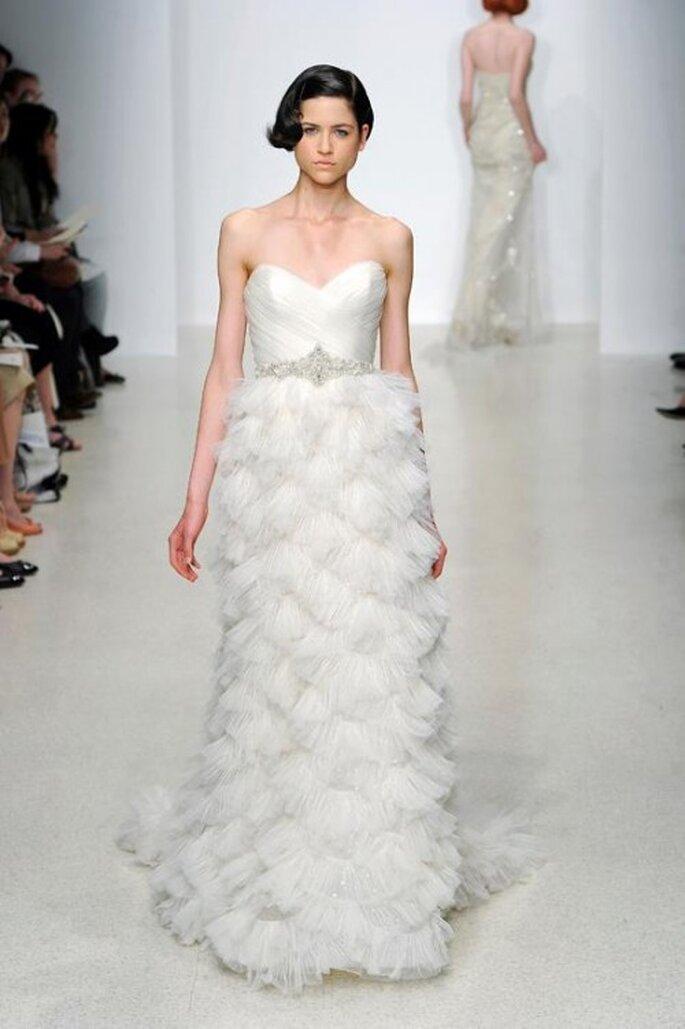Vestido de novia largo en color blanco con escote strapless y detalle en la cintura - Foto Kenneth Pool