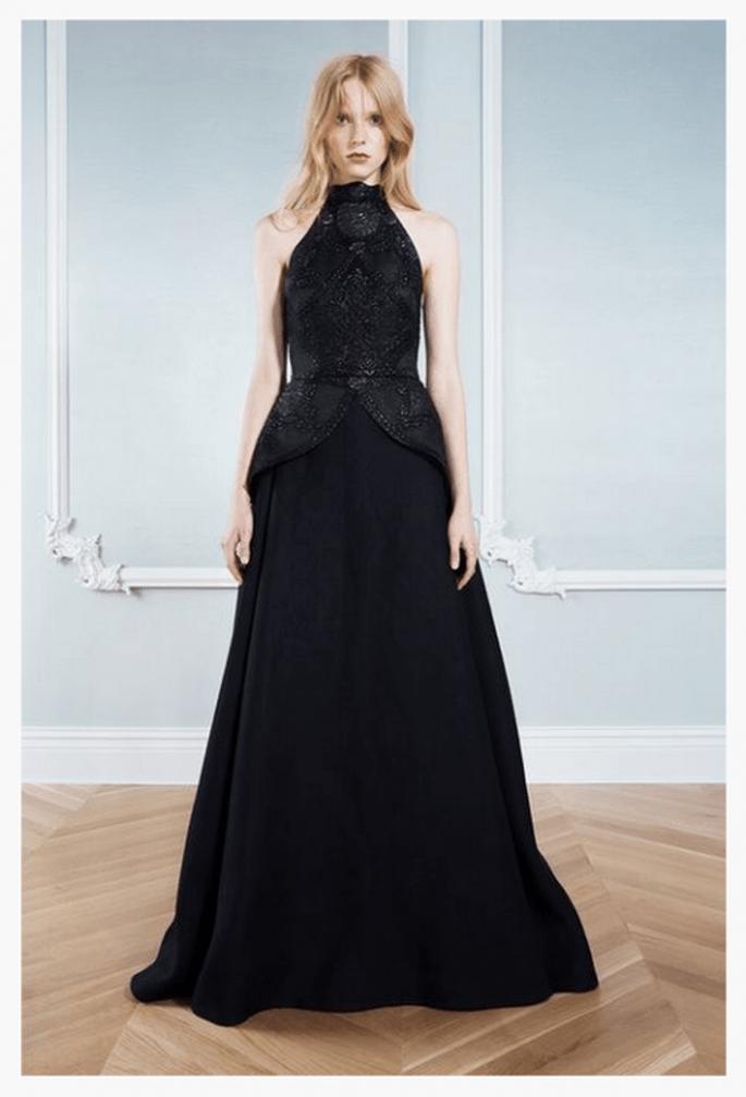 Vestido de fiesta 2014 en color negro con hombros descubiertos y silueta peplum discreta - Foto Honor