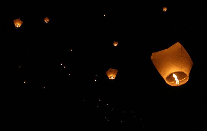 Lámparas de papel voladoras en tu boda. Foto: Doug Wheller