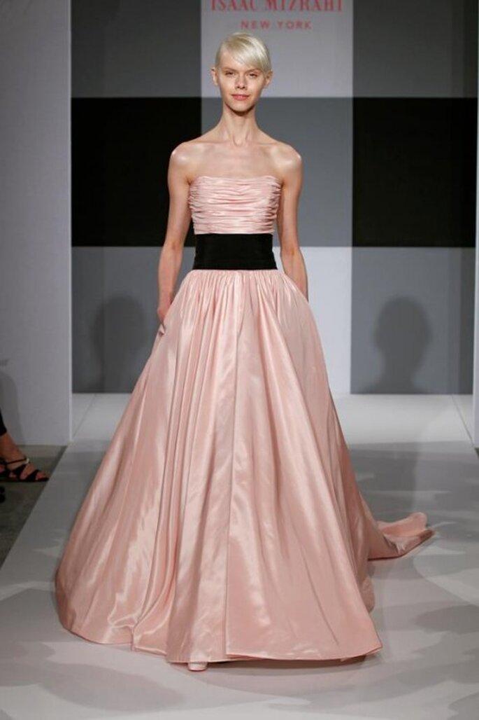 Robe de mariée rose avec ceinture noire - Photo: Isaac Mizrahi pour Kleinfeld 2013