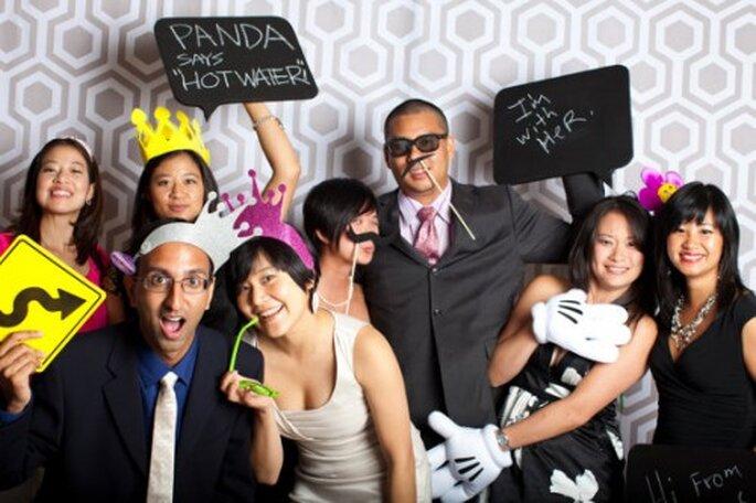 Accesorios y letreros para un photobooth de bodas - Foto HopeFarmHunnyB