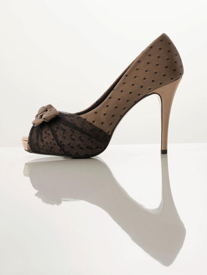 Delicados zapatos de tacón de razo y tul