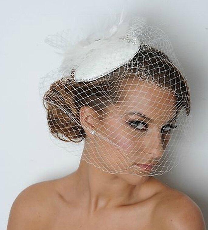 Peinado de novia recogido con tocado y velo vintage