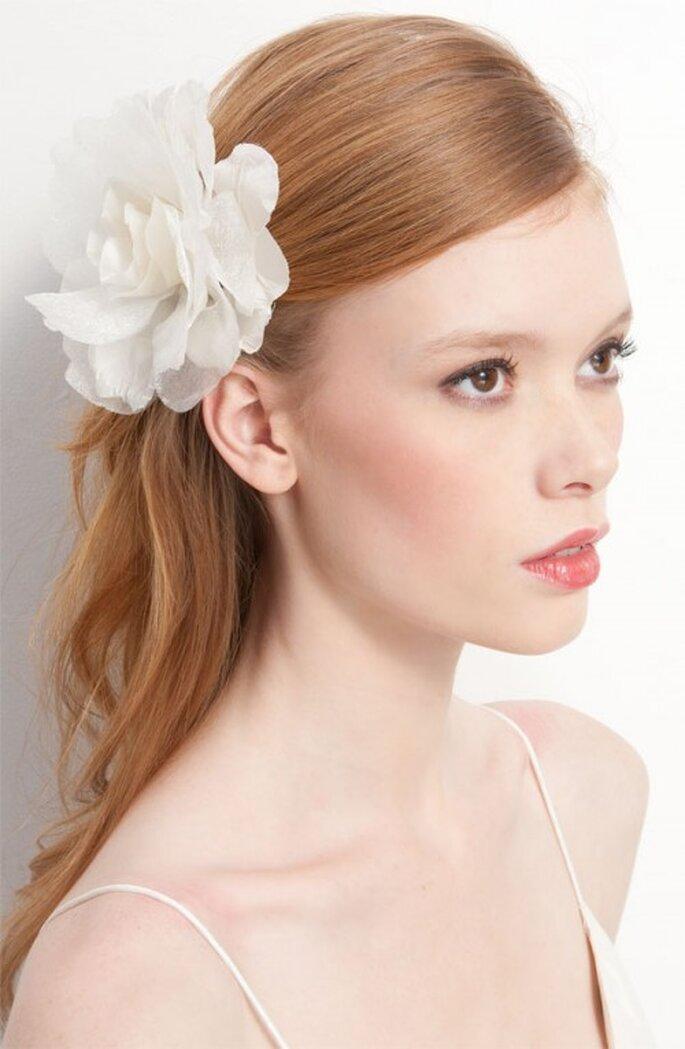 Sencillo tocado de flor para novias - Foto Nordstrom