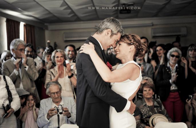 Romantische Brautfrisur mit geflochtenem Zopf. Foto: Mélissa Lenoir.