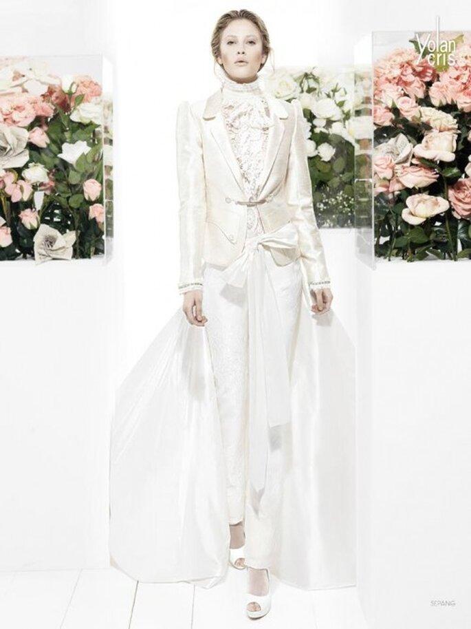 Conjunto de pantalones, blusa y saco satinado en color blanco con transparencias y cola superpuesta - Foto YolanCris