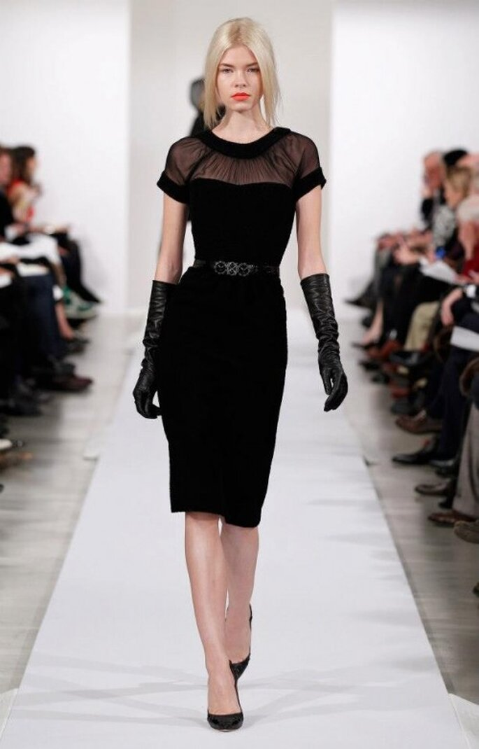 Robe de soirée noire avec décolté transparent - Photo: Oscar de la Renta