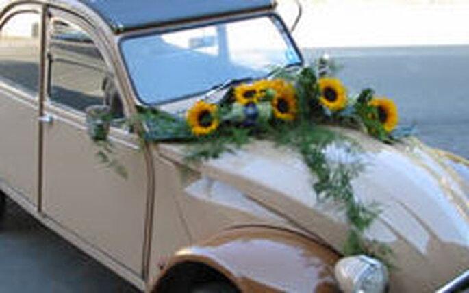 Un'auto insolita per gli sposi decorata con girasoli