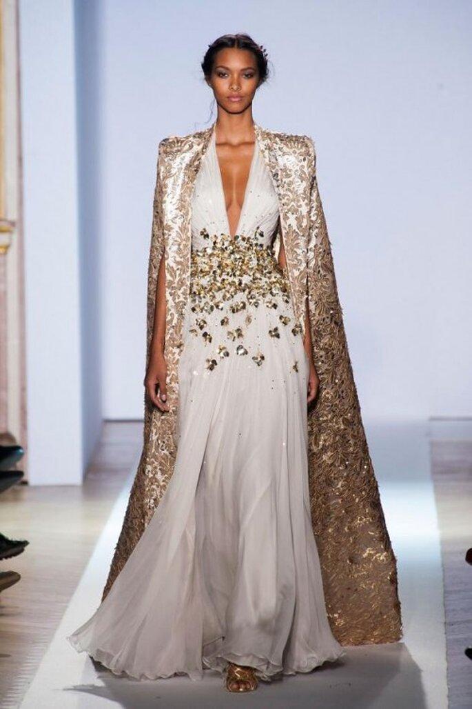 Vestido de novia inspirado en las diosas griegas en color blanco con capa superpuesta - Foto Zuhair Murad