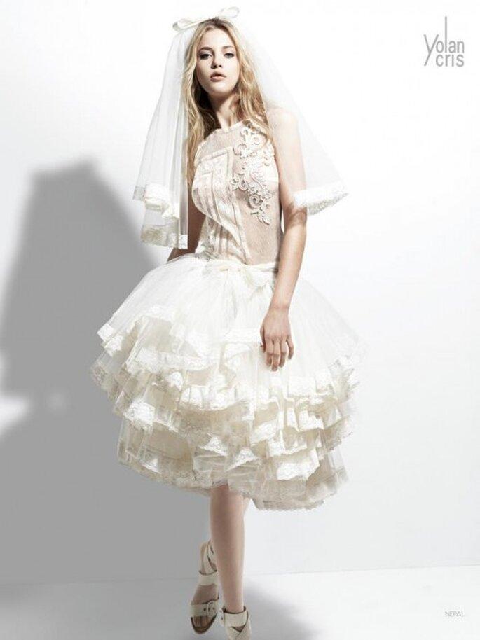 Vestido de novia corto con volumen en la falda y velo con detalle de moño ,