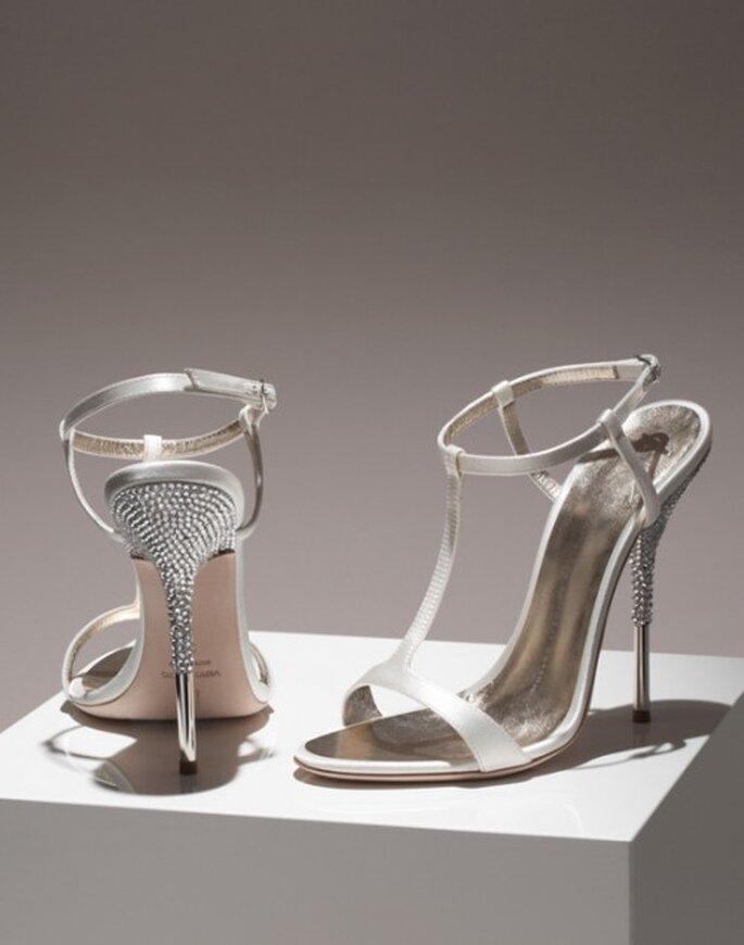 Zapatos de novia abiertos llenos de brillantes - Foto Giuseppe Zanotti