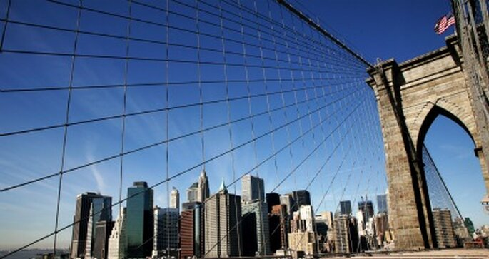 Brooklyn Bridge mit Blick auf Manhattan. Weiterer Highlight für Ihre Hochzeitsreise nach New York. Foto: Rainer Sturm / pixelio.de