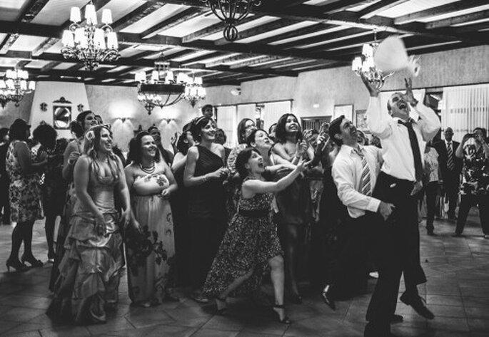 Brautstrauß werfen darf bei keiner Hochzeit fehlen – Foto: robertocarmona.com