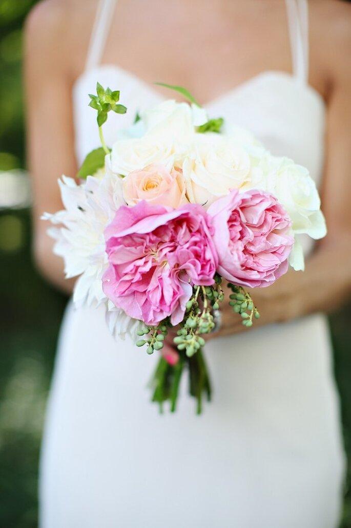 Peonías en colores intensos y neutros para tu ramo de novia - Foto Kay English