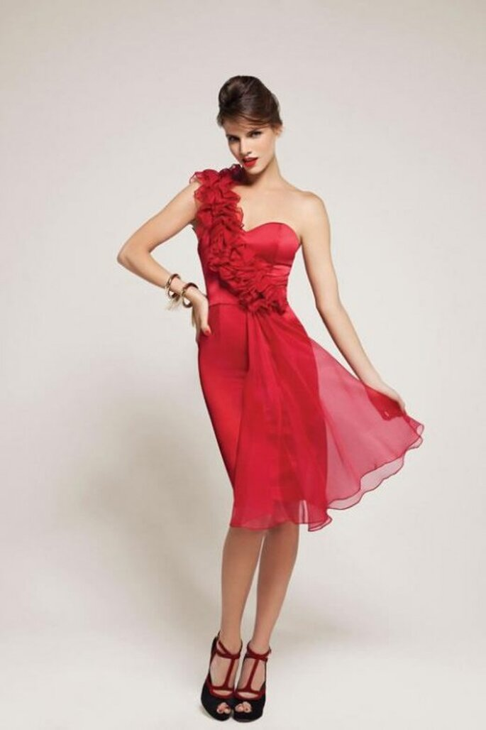 Verspielt und doch elegant zeigen sich wunderschöne rote Kleider – Foto: Las Oreiro