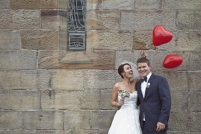 Romanticos globos en forma de corazón para la boda - Foto Peter Diakonikolis en Polkadot Bride