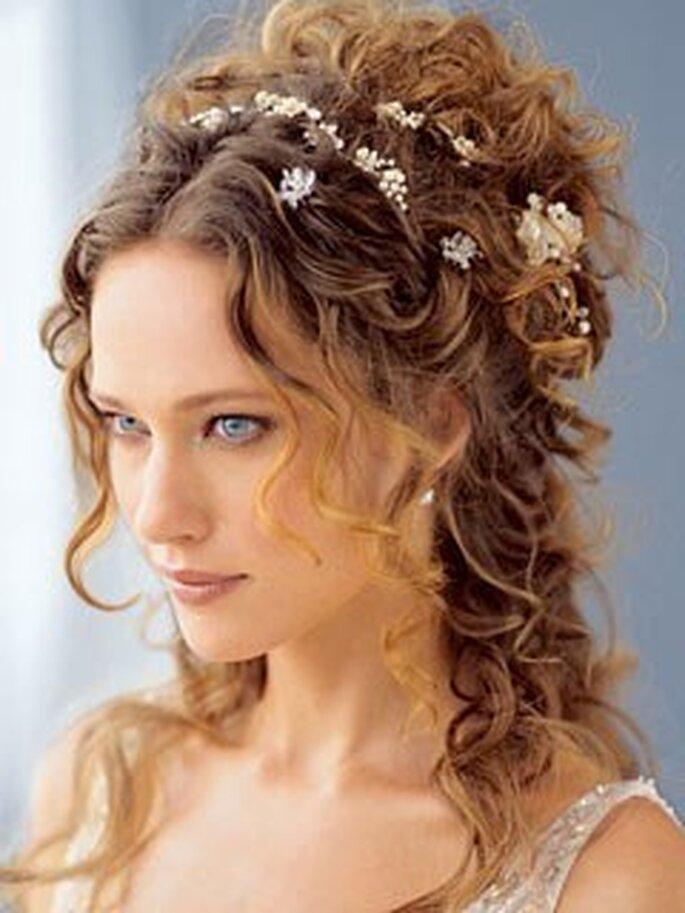 Locker und verspielt sind die trendigen halb hoch gesteckten Brautfrisuren – Foto: iriscapelli.it