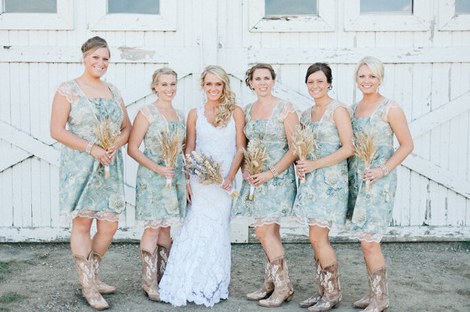 Una boda rústica debe cuidar el vestuario de la novia y las damas de honor. Foto: Jeff Sampson Photography