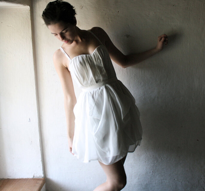 Foto: Larimeloom http://larimeloom.etsy.com (http://www.etsy.com/listing/85102813/off-white-short-silk-wedding-dress)