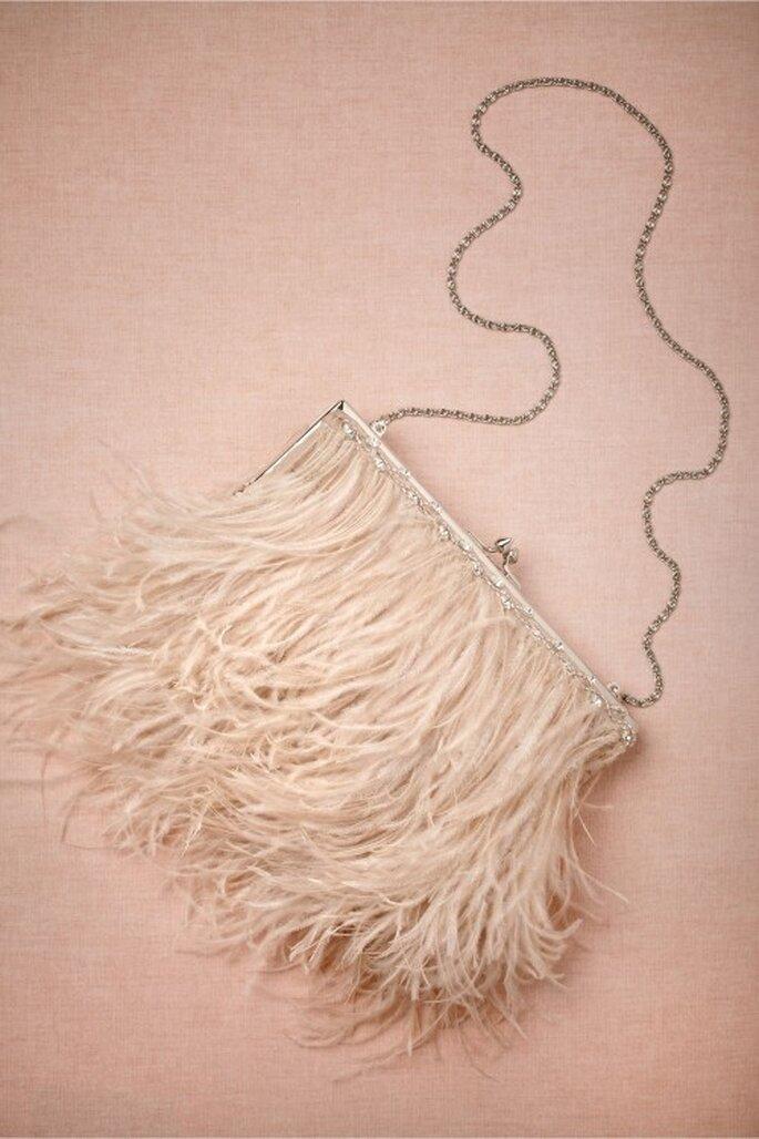 Bolsa para novia en color nude con cadena e incrustaciones de pedrería - Foto BHLDN