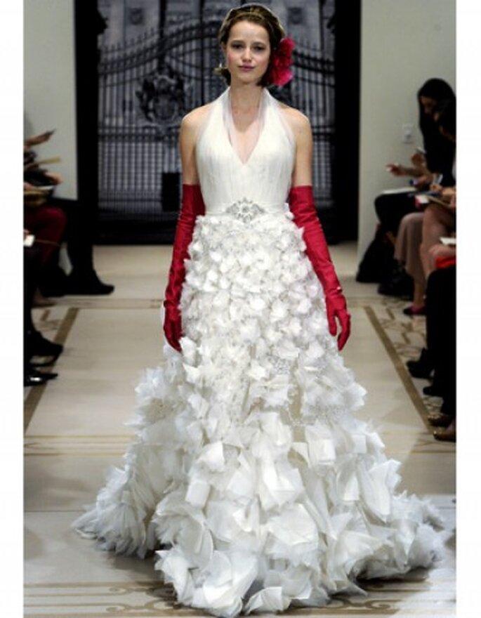 Vestido de novia escote halter con apliques de tul y largos guantes rojos