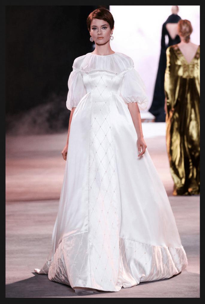Vestido de novia alta costura en color blanco con falda amplia y silueta corte imperio - Foto Ulyana Sergeenko