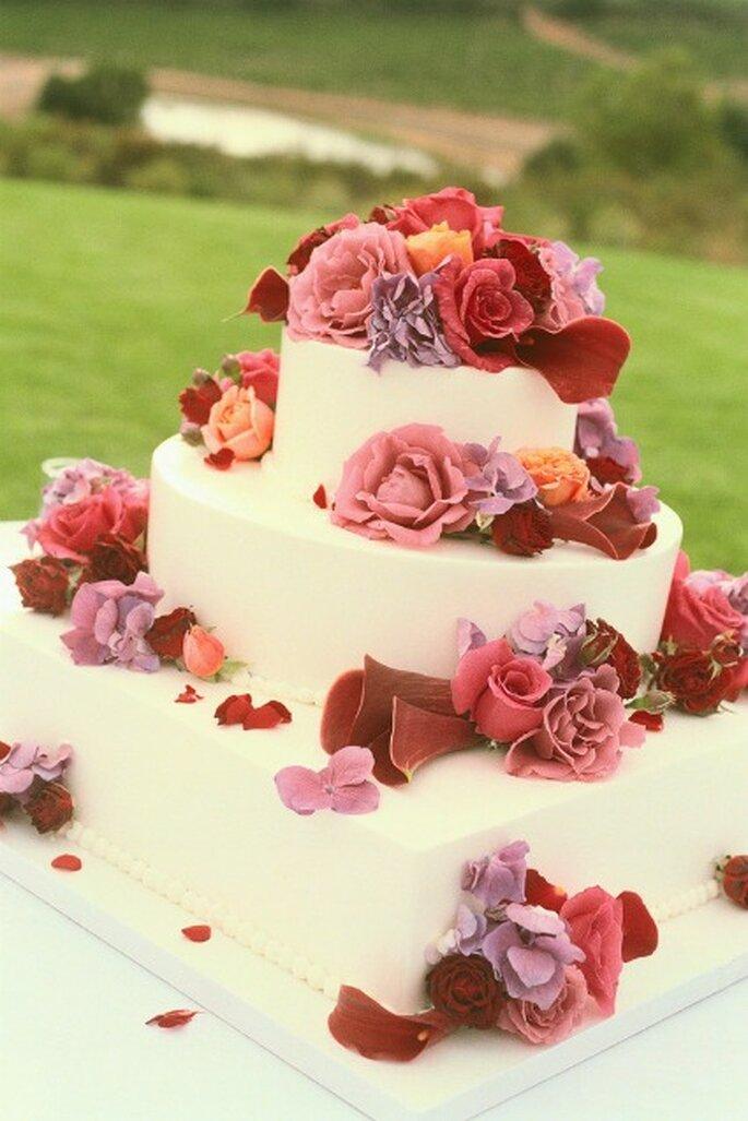 Torta glassata con fiori sparsi. Foto www.designsbyindy.com