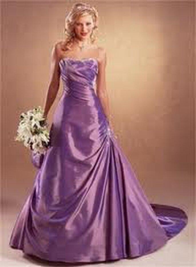 Glamoroso vestido lila en satén con escote palabra de honor. Un ramo blanco es perfecto para dar luz a este sofisticado diseño