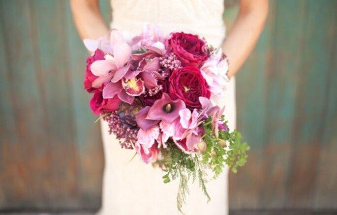 Rot und Pink sind die Trendfarben für Brautsträuße - Foto: fallromance styled