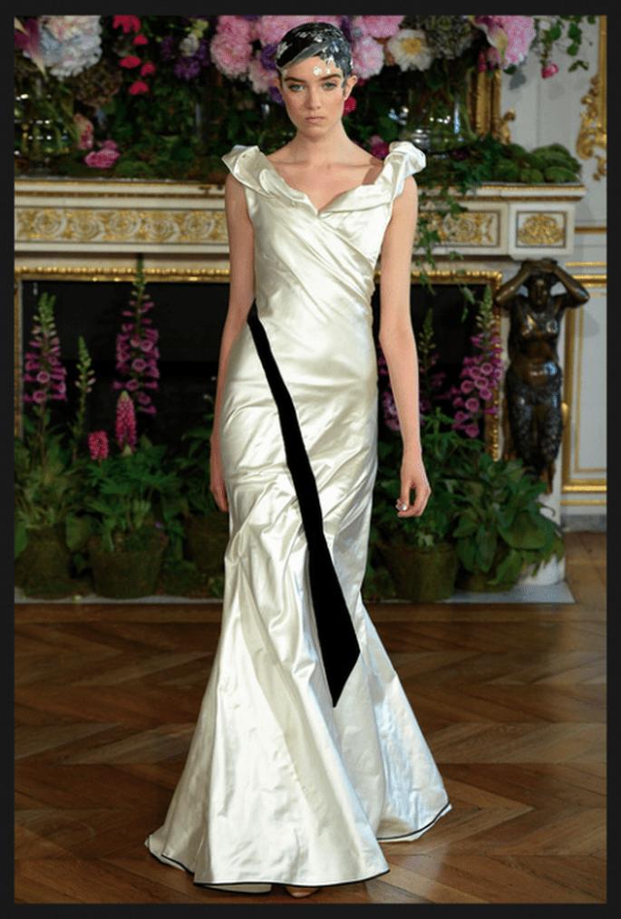 Vestido de novia en color blanco con tela satinada, franja en color negro y escote redondeado - Foto Alexis Mabille