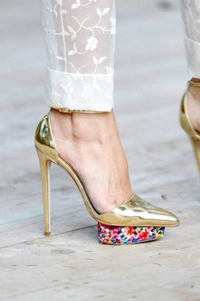 Zapatos de novia 2014 en tacón alto color dorado con plataforma multicolor - Foto DelPozo