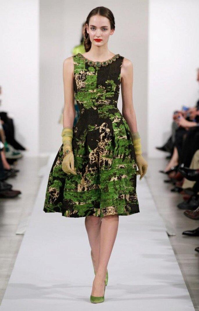 Robe de soirée avec imprimés sur des tons vert, café et doré - Photo: Oscar de la Renta