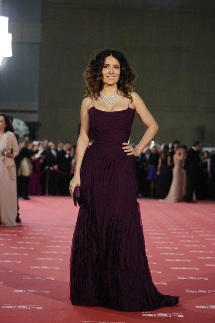 Salma Hayek con un elegante vestido de gala color uva - Foto: image.net