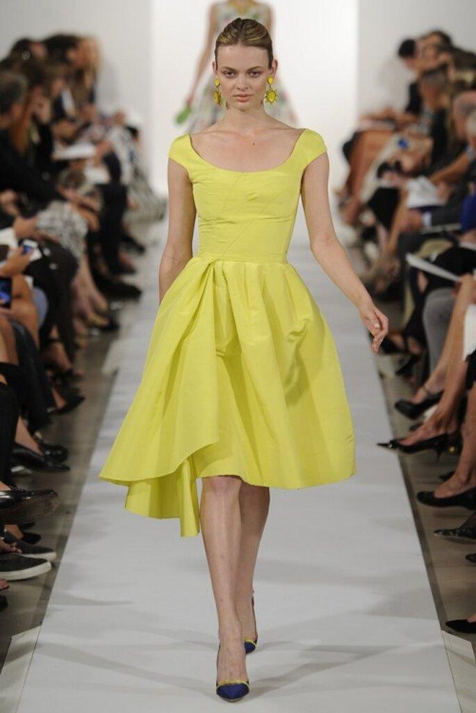 Vestido de fiesta 2014 en color amarillo intenso con escote en U y falda amplia con acabado asimétrico - Foto Oscar de la Renta