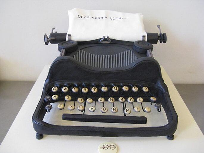 Pastel de bodas en forma de máquina de escribir - Foto Sylvia Weinstock