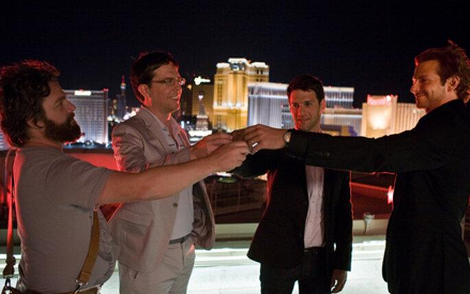 """Fotograma del film """"Resacon en Las Vegas"""" con los 4 amigos brindando"""