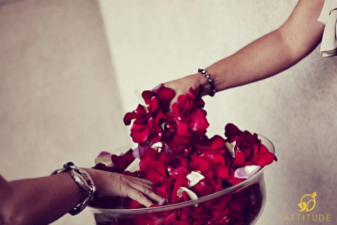 Eine Alternative zum Reiswerfen auf der Hochzeit: Blütenblätter werfen. Foto: Fran attitudefotografia.com