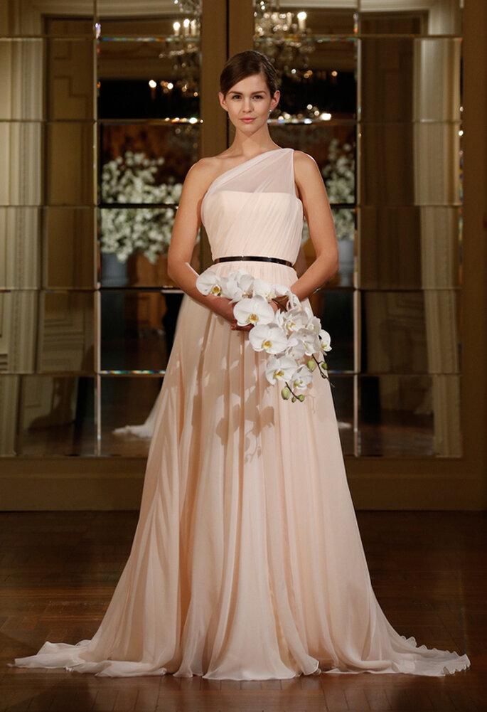 Vestidos de novia con escotes asimétricos, una tendencia must en 2015 - Foto Romona Keveza