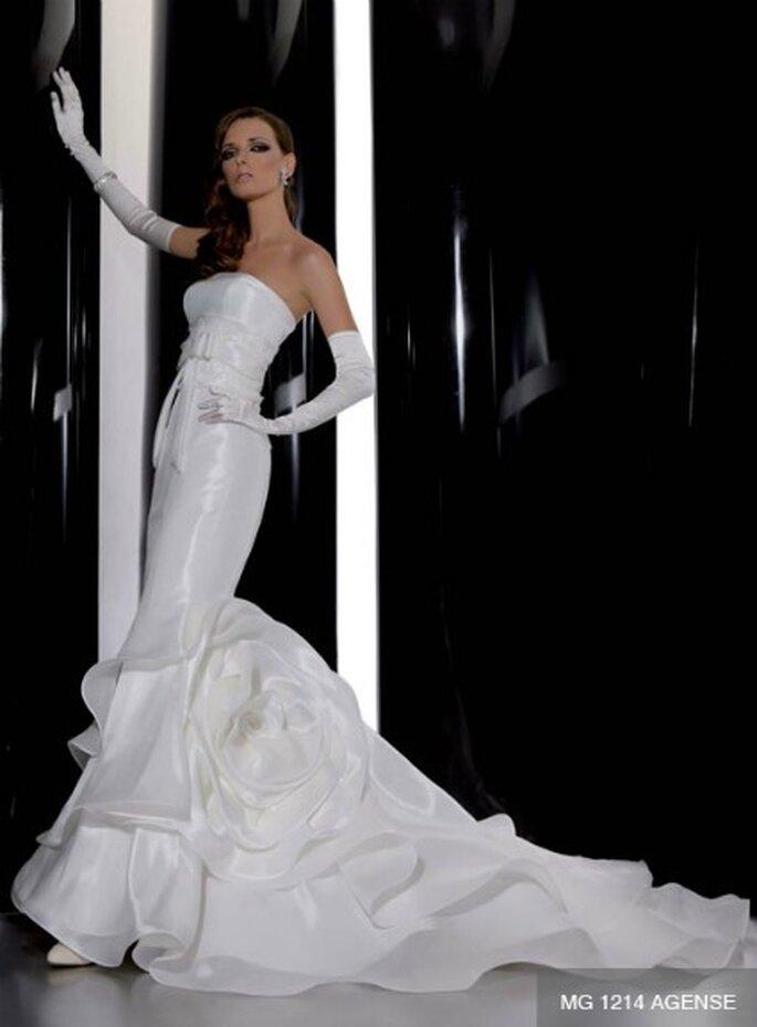 Modello a sirena con lungo strascico e rosa in tessuto applicata. Gritti Spose Collezione 2012