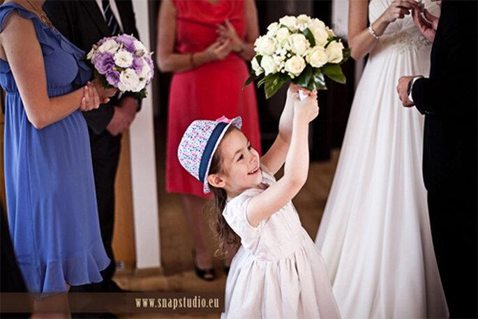 Niña con el ramo de novia - Foto: www.snapstudio.eu