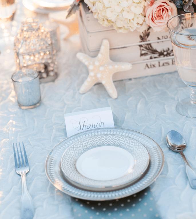 Coloca el nombre de tus invitadas en lindas tarjetitas y acompáñalas de una decoración increíble - Foto Hike Photography