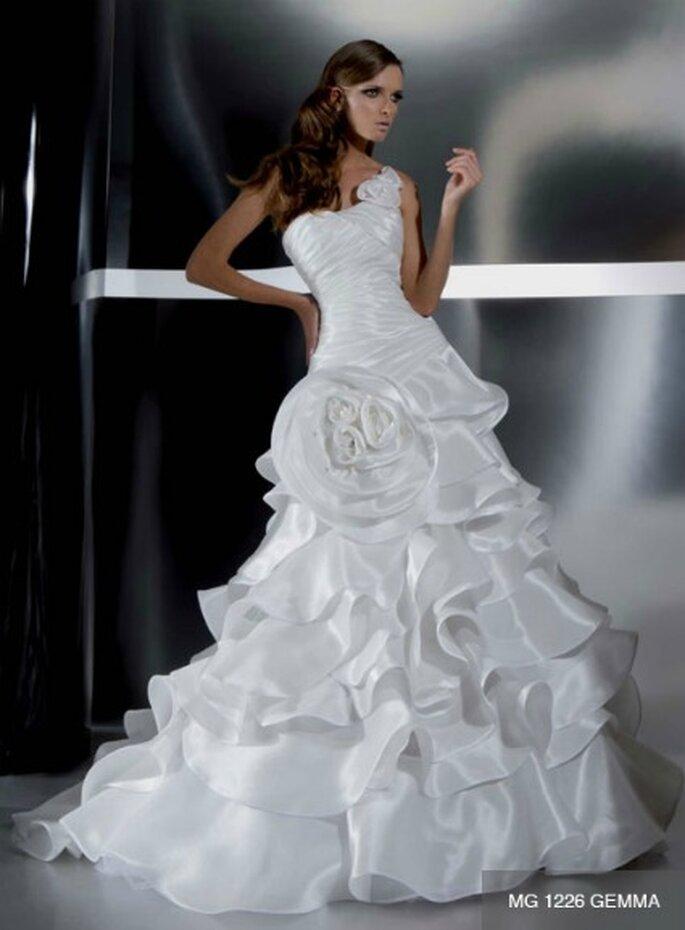 Abito monospalla con corpetto drapeggiato e voluminosa gonna plissè con dettaglio alla vita. Gritti Spose Collezione 2012