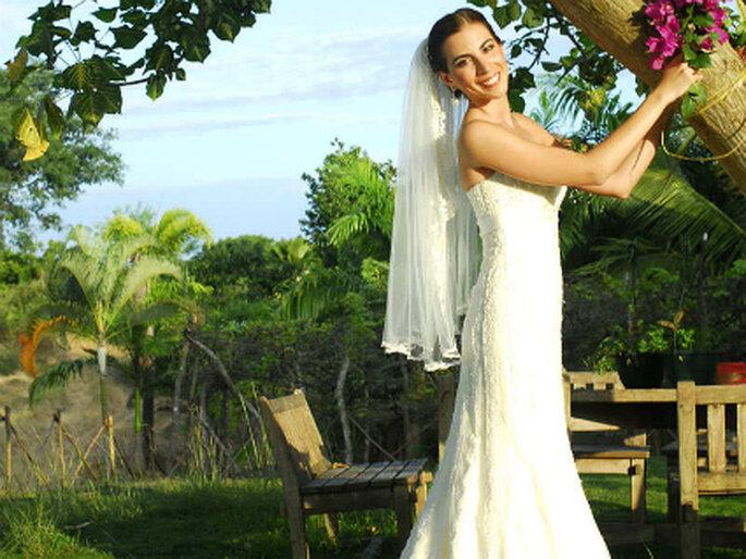 Un espléndido vestido para una boda al aire libre, con mucho verde, rodeados por la naturaleza
