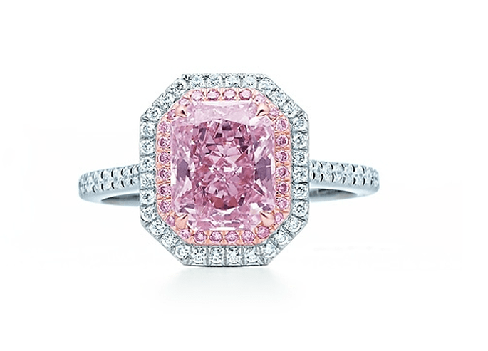 Anillo de compromiso con diamante en color rosa pastel cubierto de diamantes claros y puntas redondeadas - foto Tiffany