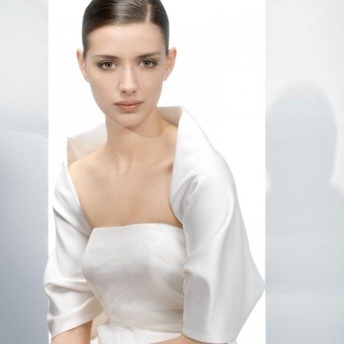 Accessoires wie Boleros können mit Brautkleidern, die viel Haut zeigen, kombiniert werden – Foto: Jesus Peiro