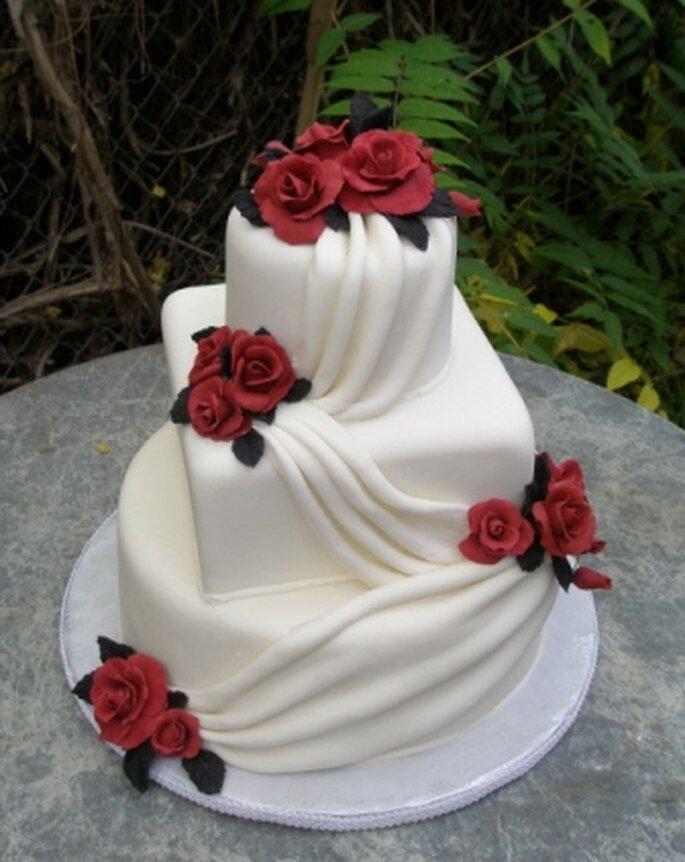 torta de bodas con detalles en rojo