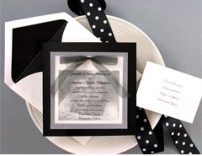 """Elegante invitación en blanco y negro, complemento perfecto de una decoración íntegramente """"black& white"""""""