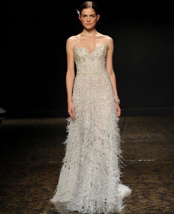 Vestido de novia con escote corazón, flequillos y apliques metalizados - Foto Lazaro