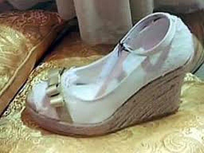 Hermosas alpargatas para novia con plataforma de materiales naturales, pulsera y aplique de moña dorada y luego de la boda ¡las puedes usar para la ocasión que quieras!!